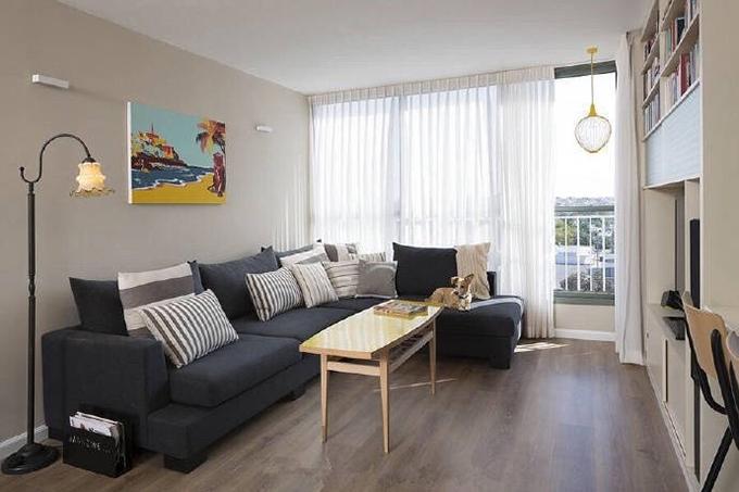 客厅以小方桌来当作茶机,整体配色简单,黑白灰黄,而电视墙则以壁柜的 形式来表达,完全可以把客厅当作书桌来使用。