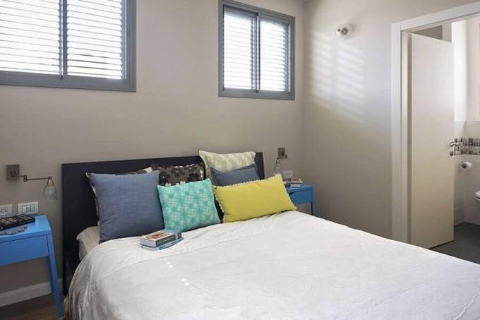 卧室采光明亮,以百叶窗来作为窗帘,更有利的采光,而背对窗户也不容易 被强光刺眼,温暖而又明亮。