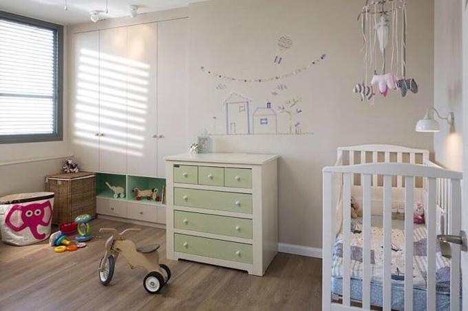 儿童房色彩新鲜但配色依然简单,装饰上面精致小巧而不花哨,设计师关于 利用壁柜的设计,十分节省空间,看着也很温馨。
