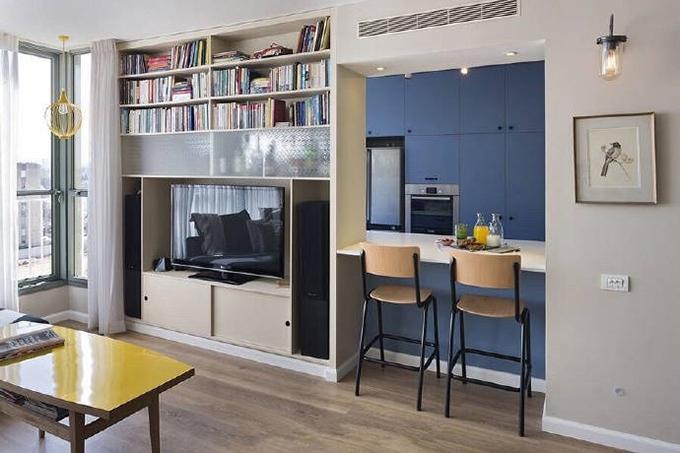 再仔细的看电视背景墙,除了电视以外还设计了一个书桌,旁边简约的吊灯 及壁灯都很个性的表现出来,简约而不简单。
