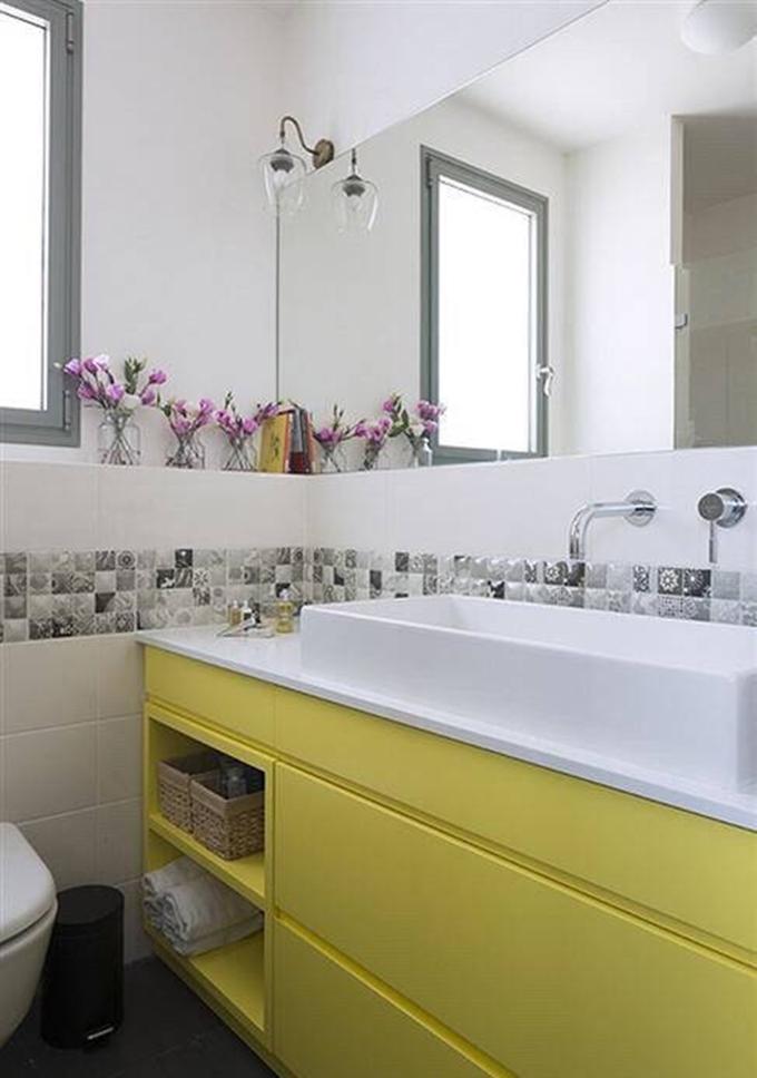 卫生间中央巧妙的利用了马赛克瓷砖,让原本色彩较少的空间不再单调, 看起来也更加整洁舒适。