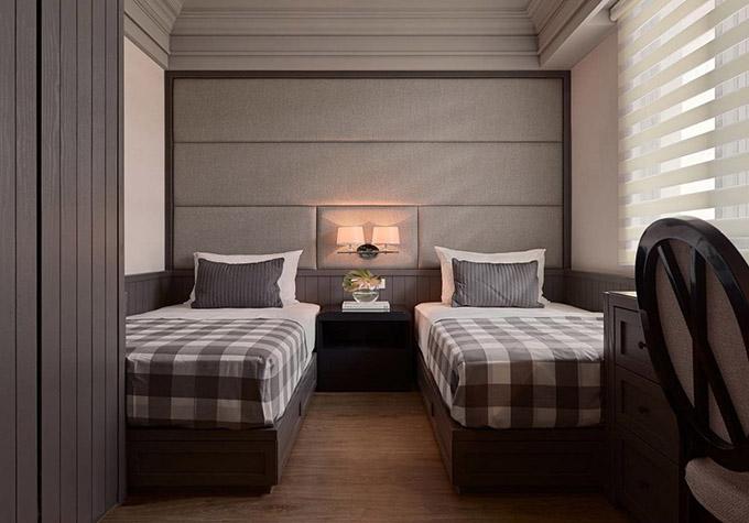 客卧设计了两张床,非常的实用,旁边以百叶窗帘来遮挡强光,卧室使用地板能给人一种温馨的感觉。