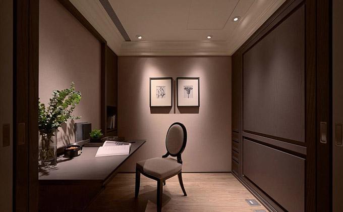 书房整体以深灰色为基调,看起来有一种不一样的大气,顶灯主要照亮的是墙面,也完美的掩饰了采光的不足。