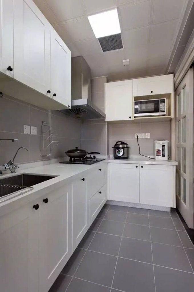 L型的厨房是现代大多数人选择的构造,整体以白色为主看起来也十分的清新整洁,自然而又和谐。