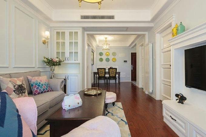 餐厅与一体式的客厅,在收纳上设计师也在细节上花费了一番功夫,整体基调为白色,配色和谐而又温馨。