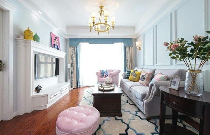 客厅的美式家具与耀眼的美式灯具显得十分舒适,而墙面也是以美式特有的石膏板勾勒的,简洁而不单调。