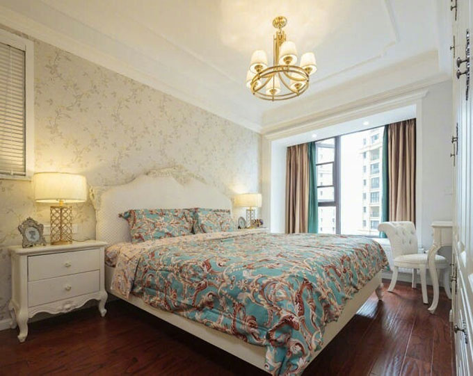 卧室清新的壁纸似乎提亮了整个房间的光线,看起来简洁而不失温馨,金黄色的吊灯也与客厅相衬。