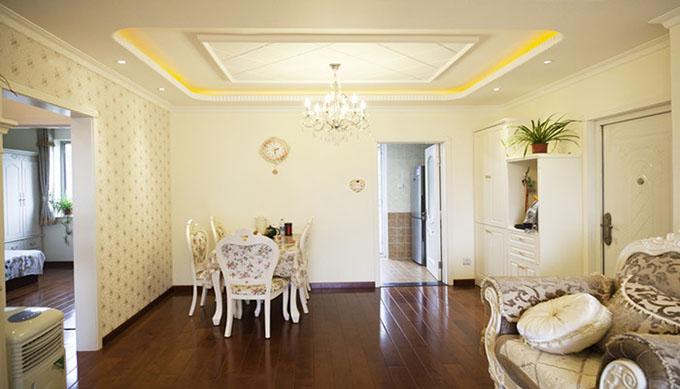 重叠吊顶配上水晶吊灯突显温馨场景,碎花餐桌椅与侧面墙壁对称,时钟的存在添加了一处景象。