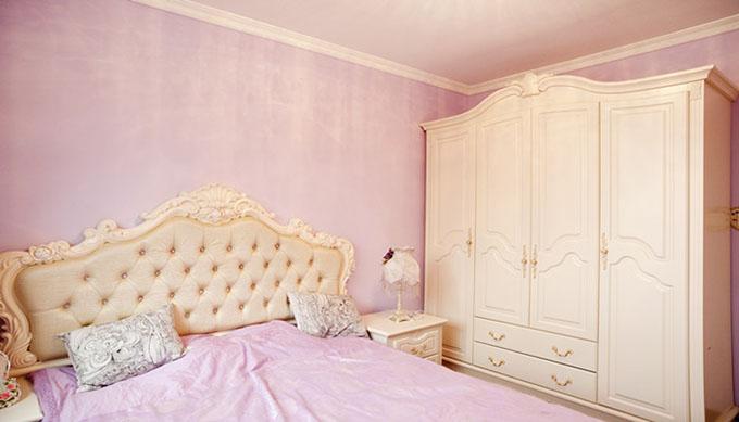 紫色墙壁和床上用品互相对应,衣柜与床互相呼应,在水晶灯照耀下突出室内十分甜心。