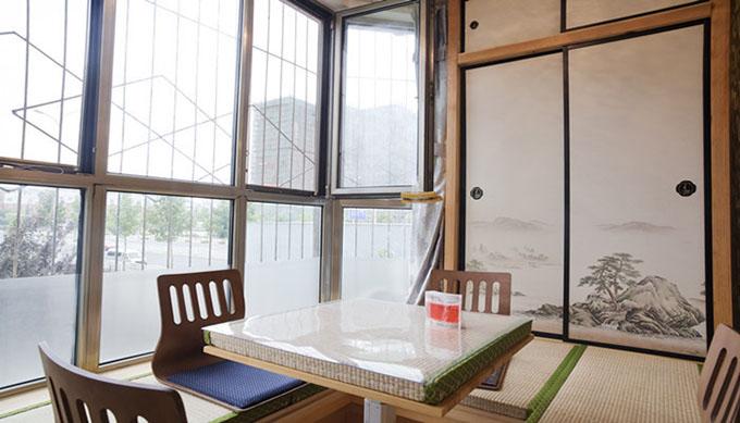 合理利用空间将阳台改造成休闲区,采用韩式榻榻米和柜子的结合既能休闲玩耍可做客房。