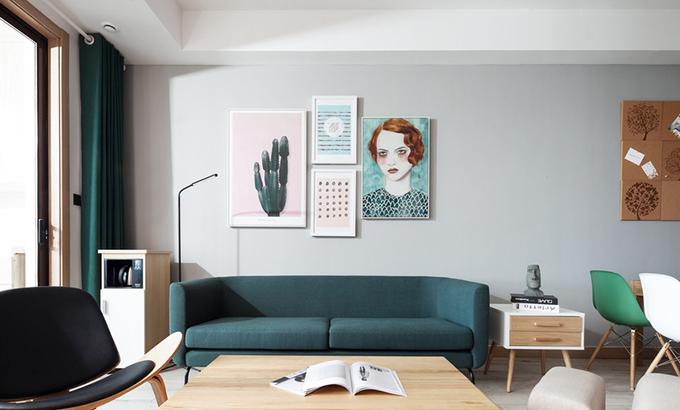客厅以墨绿色和木质的家具结合,营造出了一个清新而且温润如玉的家居氛围,物件不多却很合适。