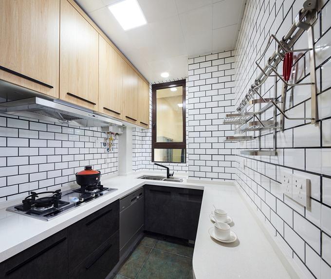 厨房以小长砖和地面的黑色仿古砖进行强烈对比,看起来协调而且整洁,布局上收纳和操作都很方便。