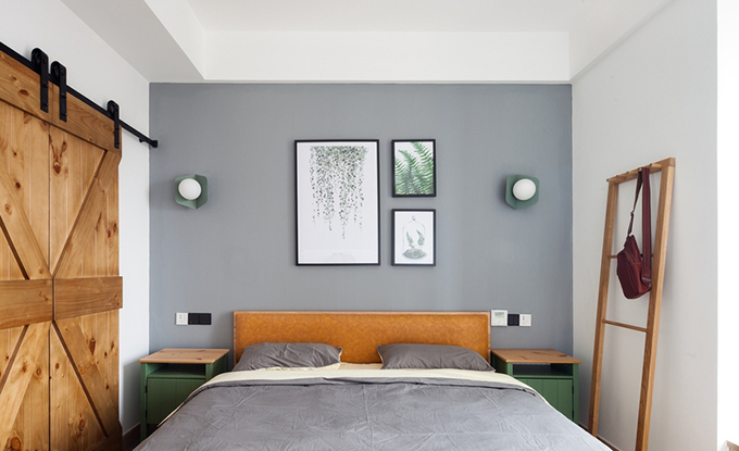 卧室第一眼看过去,给人一种清新且自然的感觉,简单中透露着宁静,不管是墙面的挂画还是灯具装饰,或者原木家具的搭配,都让人舒适。