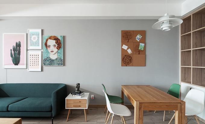 对于空间的布局,旁边的小餐厅也是原木餐桌加上几个小凳,就是平常实用的样子了,墙面上细节的装饰与收纳也做得很好。