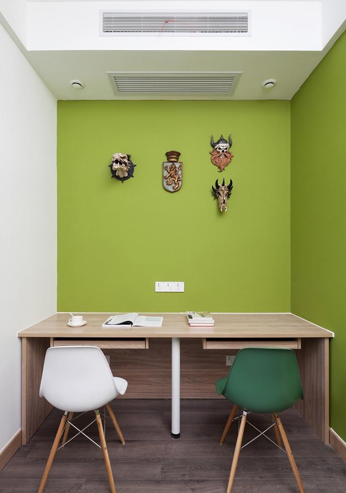 旁边一角的小书桌原木的设计也非常适合学习和办公,墙面的装饰与绿色也非常养眼,在此看书也有种闲适的感觉。