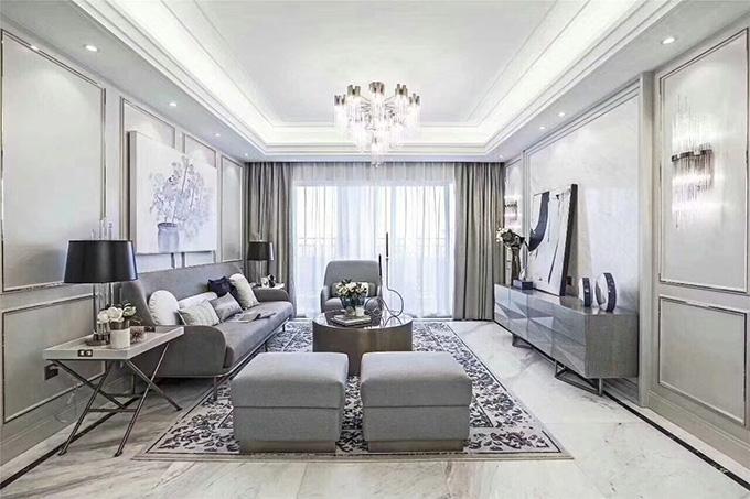 客厅以银边金属护墙板来装饰线条,地板的碎花大气且有深意,大大的主吊灯与壁灯互相搭配,整体很显明亮。