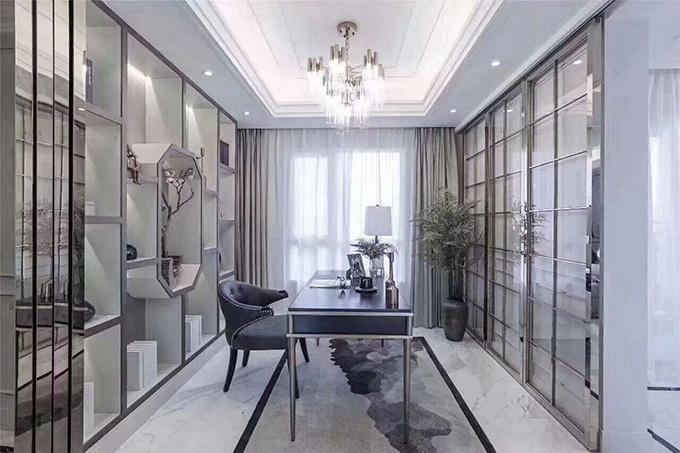 书房也是长长的空间以透明的方格装饰来设计,背景加上浅色的地毯,简洁且有内涵,很有观赏意义。