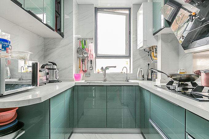 原本厨房的面积很小,利用装修小户型技巧实施U型橱柜,及能方便的操作又到美观的效果,墙门选择白色砖配搭金属感极强的烤漆门提高美观成效。