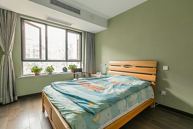 孩子身体健康强壮是每一位父母最大的心愿,所以孩子的卧室要以环保为主,为此应用硅藻泥,绿色为主主色,北欧风格的家具,突显儿童十分的清晰。