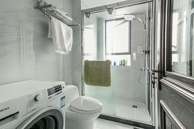 整体卫生间采用白灰色为主色调,将原本的狭长的卫生间改革成现代化干湿分离法,同时在干湿规划出洗衣的地盘塑造空间淡雅。