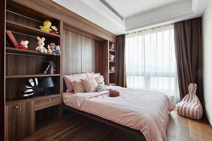 这一间略带粉嫩的卧室则是小主人的了,可爱的兔子椅和软床,再搭配原木纹的家具,整体都有一种丛林中的小兔的感觉,十分适合小孩。