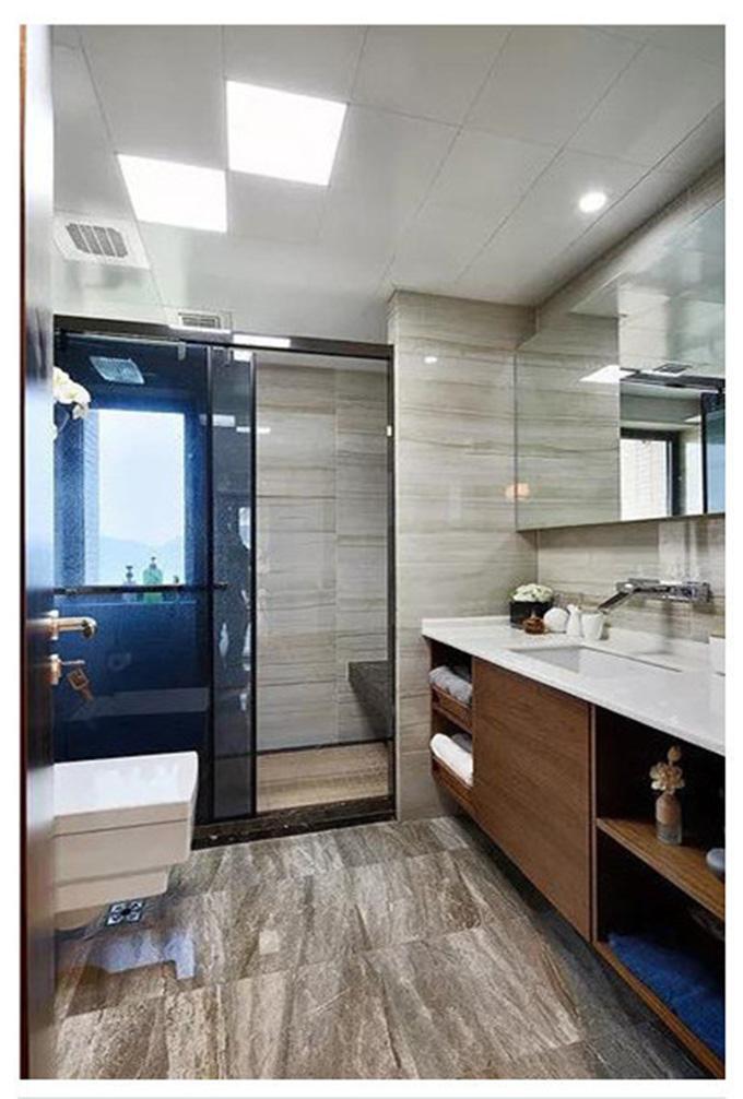 卫生间也是以条纹的墙砖与地砖来装饰,整体的设计都很好的利用了原木纹来装饰,也是现代台式风格的一大特点。
